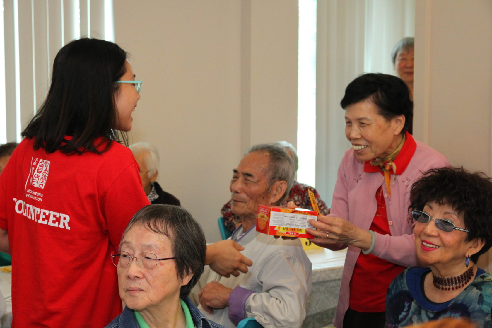 Vlunteer hands out gift to seniors