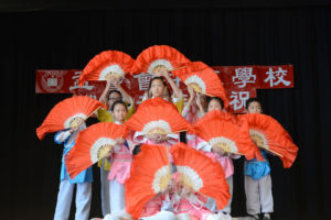 Children's Chinese fan dance